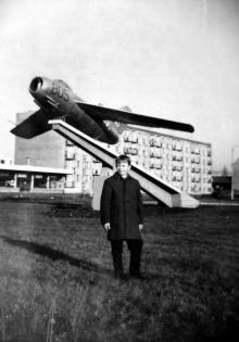RONDO - plac Konstytucji 3-go Maja - a na nim myśliwiec MIG (Lim-2)